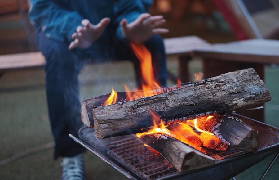 なぜ、焚き火の炎は気持ちが落ち着くのか